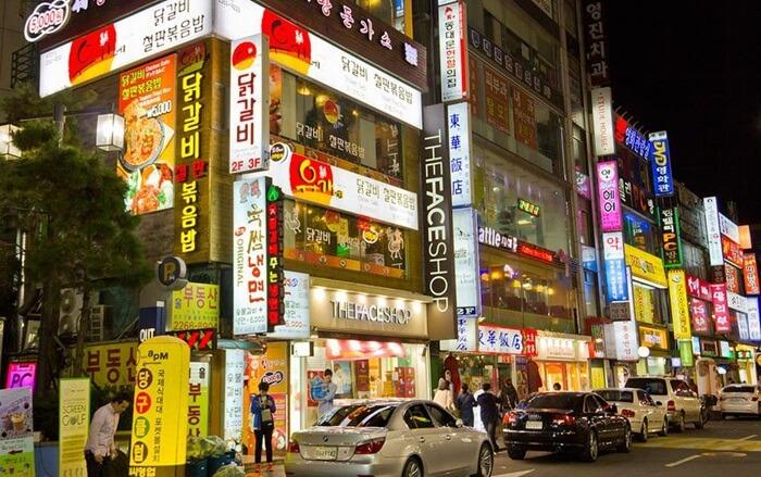 Tempat wisata di Seoul ini menjadi surga belanja bagi pecinta fashion. Produk fashion yang dijual di Dongdaemun Market merupakan tren terbaru dengan kualitas terbaik.