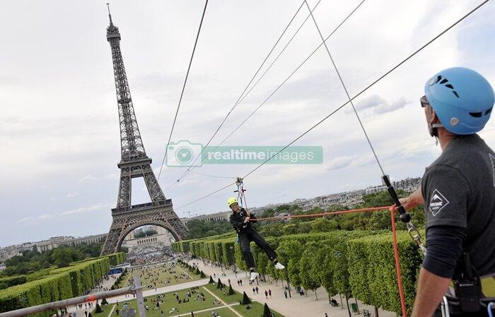 Berbagai buku novel dan film, menggambarkan betapa romantis suasana di Bawah Menara tempat wisata di Paris ini.