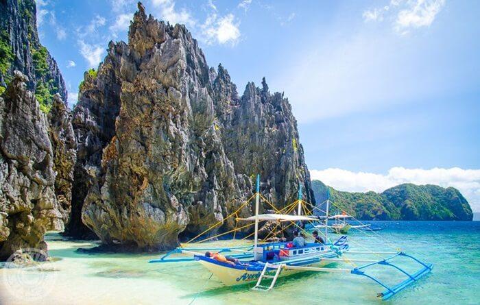 Di sekitar tempat wisata di Filipina ini terdapat pulau-pulau kecil. Diantaranya Pulau Miniloc, Snake Island, Helicopter Island, Pulau Pangulasian, Pulau Lagen, dan Pulau Shimizu.