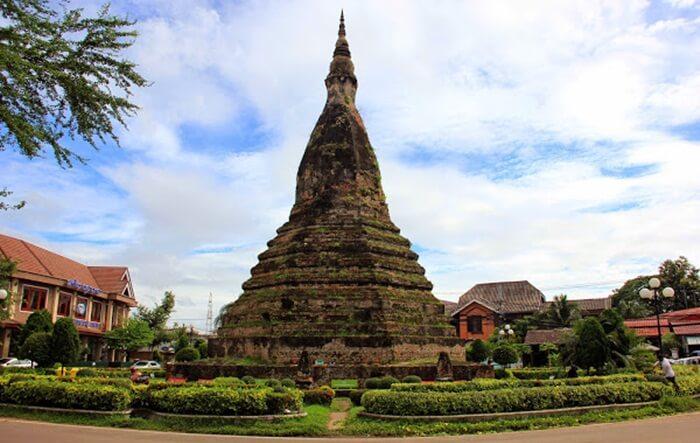stup ahitam tempat wisata di Laos ini Terletak di pusat kota dan telah menjadi salah satu landmark kota paling populer.