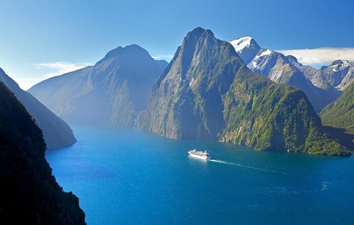 Lingkungan alam tempat wisata di New Zealand yang luar biasa ini menyuguhkan fyord yang mengagumkan, air terjun spektakuler, dan puncak berselimut salju.