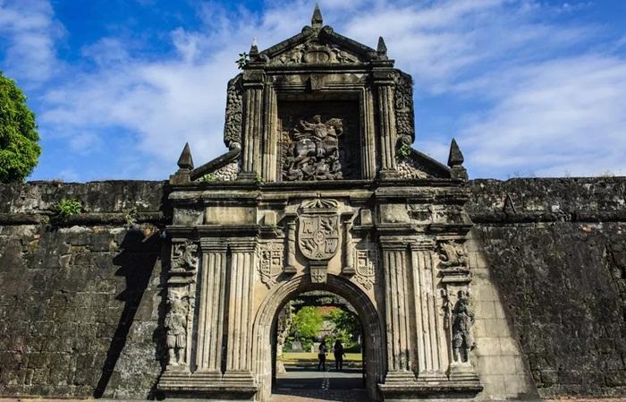 tempat wisata di Manila Fort Santiago adalah benteng pertama yang dibangun di Manila sehingga menjadi acuan dari keseluruhan kompleks Intramuros.