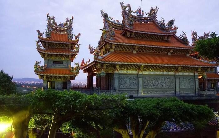 Kuil tempat wisata di Taiwan ini menyimpan keindahan yang luar biasa. Hal itu dapat dilihat dari arsitektur dan desain bangunan kuil.
