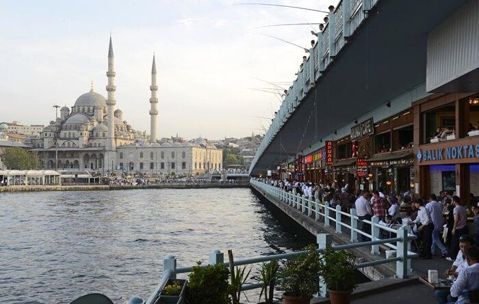 bagian bawah jembatan tempat wisata di Turki ini digunakan sebagai tempat kuliner. Banyak kafe dan restoran yang menawarkan hidangan laut bisa ditemui di sini.