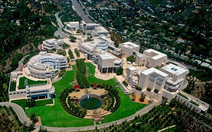 Tempat wisata di Los Angeles ini memiliki Koleksi meliputi lukisan, gambar, manuskrip, serta seni dekorasi.
