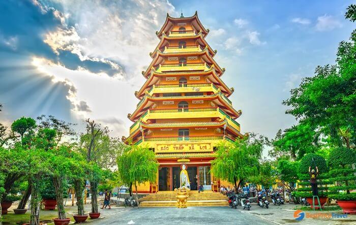 Giac Lam Pagoda merupakan tempat wisata di Ho Chi Minh berupa kuil Buddha dengan suasana tenang dikelilingi oleh taman yang indah.