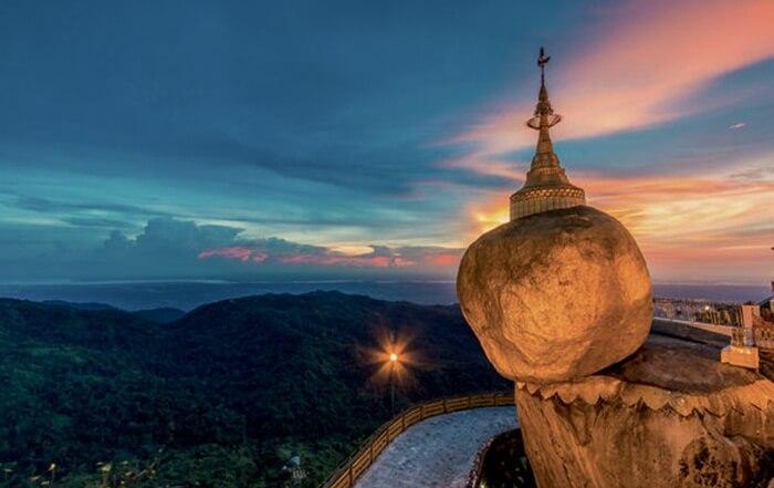 """tinggi batu mencapai 7,6 meter serta diameter sekitar 15 meter. Di atas batu """"ajaib"""" ini dibangun pagoda kecil dengan tinggi sekitar 7 meter."""