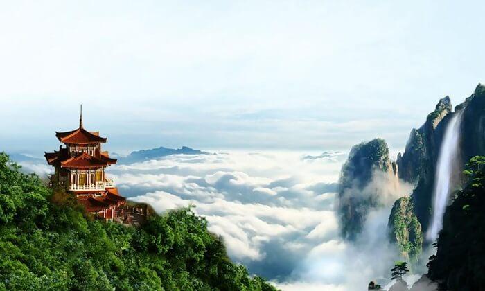 . Puncak tertinggi tempat wisata di Guangzhou ini bernama Moxing, yang berdiri di tengah gunung dengan ketinggian 380 mdpl.