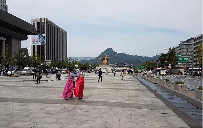 Di area Tempat wisata di Seoul ini terdapat Patung Admiral Yi Sun-Shin. Yi Sun-Shin adalah seorang laksamana yang sangat terkenal jasanya dalam sejarah Korea.