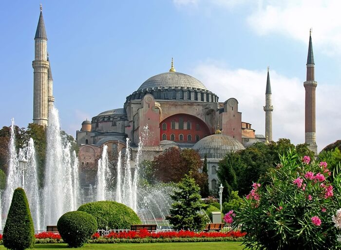 Dari luar, bangunan tempat wisata di Turki ini  terlihat satu kubah besar dan delapan kubah yang lebih kecil.