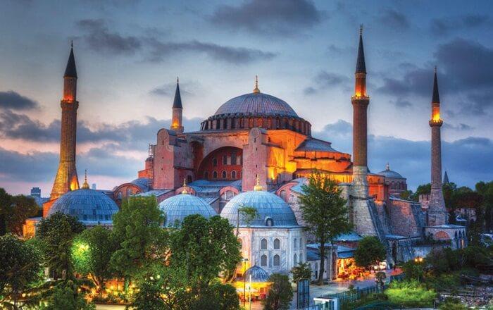 bangunan tempat wisata di Turki ini  terlihat satu kubah besar dan delapan kubah yang lebih kecil. Arsitektur ini terlihat mencolok dan disusun sedemikian rupa sehingga tampak begitu megah.