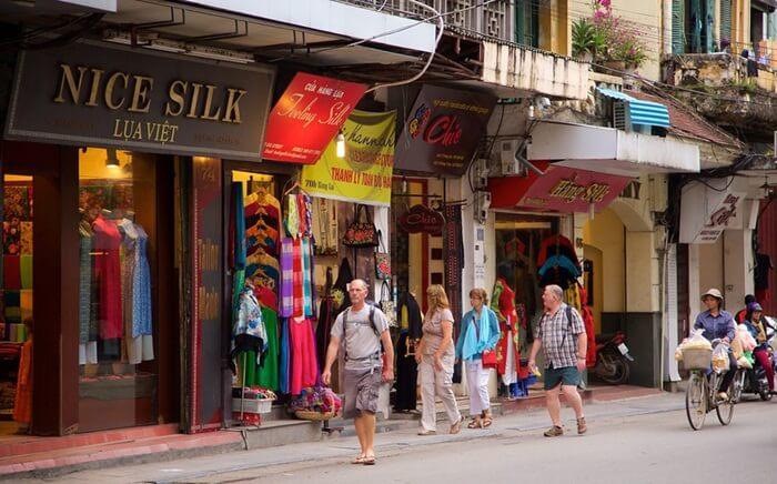 Tempat wisata di Vietnam yang satu ini dikenal juga dengan istilah silk street. Karena barang yang dijual kebanyakan adalah sutera.