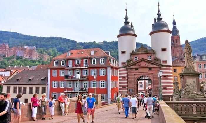 Ikon tempat romantis di Jerman ini merupakan tempat wisata di Jerman paling populer, dengan 3 juta kunjungan per tahun.