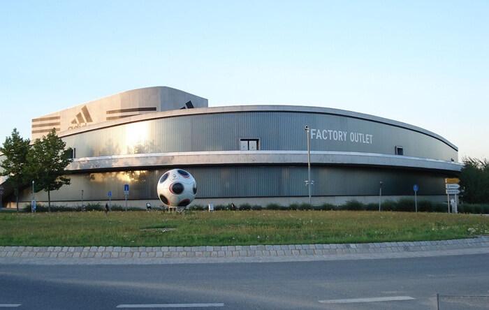 . Ada 6 pusat penjualan pabrik dengan lokasi berdekatan di kota tempat wisata di Jerman ini.