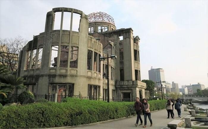 Hiroshima Peace Memorial Park merupakan sebuah tempat wisata di jepang yang dikhusukan untuk mengenang tragedi bom atom yang mengguncang kota Hiroshima pada tahun 1945.