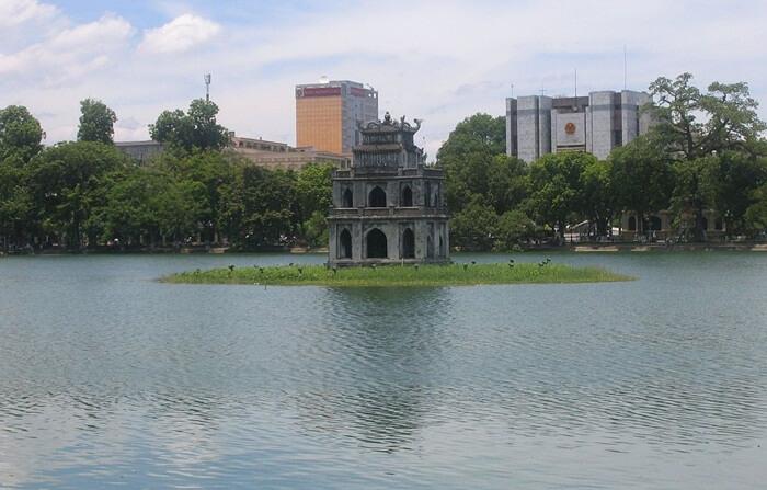 tempat wisata di Vietnam ini mnawarkan suasana tenang dan damai di danau yang dekat dengan Kuil Ngoc Son ini, banyak masyarakat Hanoi menghabiskan waktu di tempat wisata di Vietnam ini.