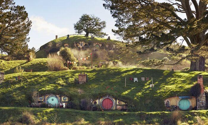 Desa Hobbiton adalah tempat wisata di New Zealand yang terkenal karena merupakan tempat syuting asli The Lord of The Rings dan The Hobbit.