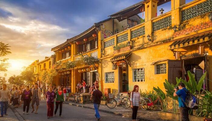 "Kota Hoi An di Vietnam menjadi salah satu tempat wisata di Vietnam yang banyak menarik pengunjungkarena mendapat perdikat sebagai kota tua warisan UNESCO, yang kini dikenal sebagai ""Hoi An: The Ancient Town""."