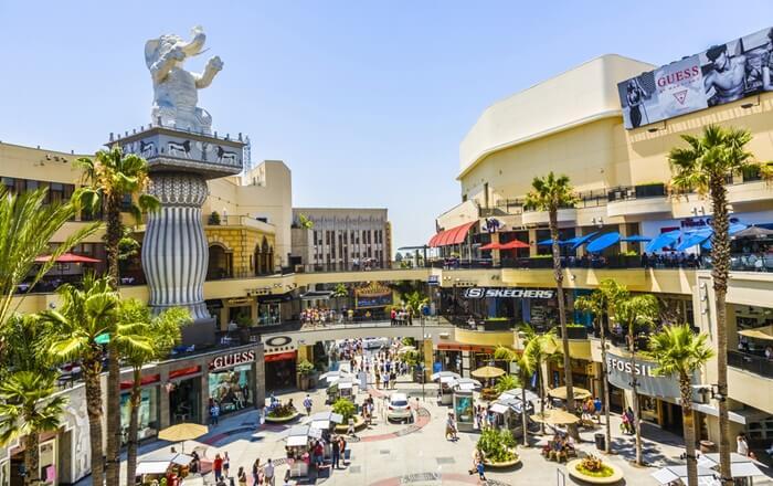 Di Tempat Wisata di Los Angeles seluas 36.000 meter persegi tersebut terdapat puluhan toko, butik dan ritel, klub malam, restoran serta bioskop.
