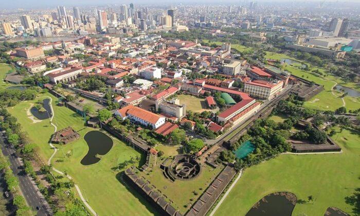 Terdapat beberapa tempat penting yang ada di kota tua tempat wisata di Filipina ini, diantaranya Katedral Manila, Gereja San Augustinus, dan Fort Santiago.