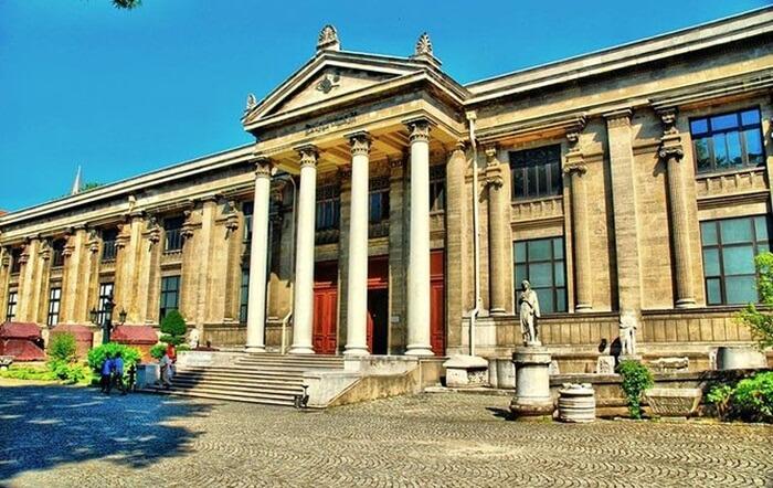 Bangunan utama tempat wisata di Istanbul berupa museum ini memiliki fasad Neoklasik yang mengesankan. Di antara pameran utama adalah temuan yang dibawa kembali dari Libanon oleh arkeolog Utsmani Osman Hamdi Bey