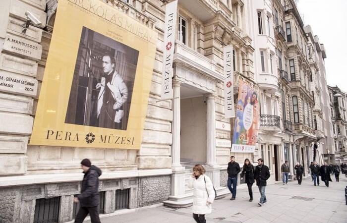 Jalan itempat wisata di Istanbul ni bukan hanya jalan perbelanjaan, jalan ini juga dikelilingi oleh banyak bangunan penting, seperti masjid, sinagoge, gereja Ortodoks, Gereja Katolik Armenia dan institusi akademik dari berbagai negara Eropa serta kedutaan dan konsulat.