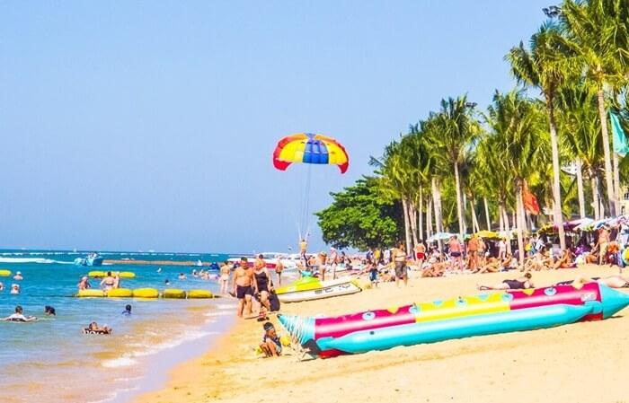 Di tempat wisata di Pattaya ini Pengunjung dapat berjemur di sepanjang pantai emasnya atau berlindung di tempat teduh yang disediakan oleh pepohonan di tepi pantai.