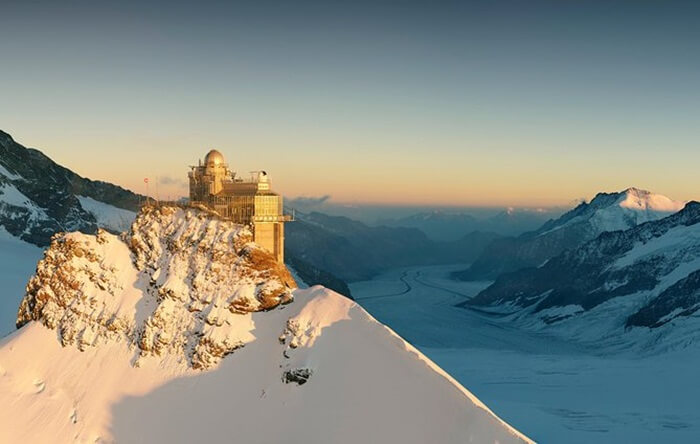 Salah satu tempat favorit di Jungfraujoch adalah istana es. Di tempat wisata di Swiss ini pengunjung dapat melihat aneka jenis ukiran yang terbuat dari es.