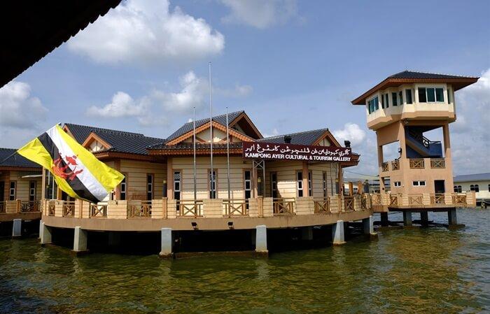 kampung tempat wisata di brunei Darusalam yang dihuni sekitar 20.000 jiwa itu telah menjadi pusaka sekaligus destinasi wisata andalan Brunei.