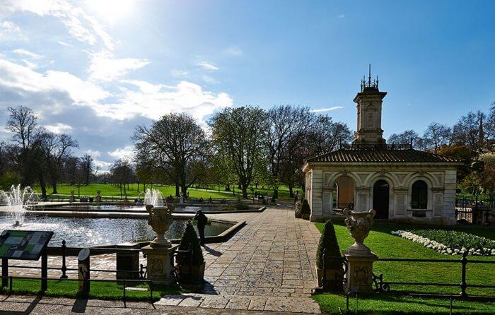 Tempat wisata di London Kensington Gardens adalah taman istana Kensington Palace yang diambil dari area Hyde Park bagian barat.
