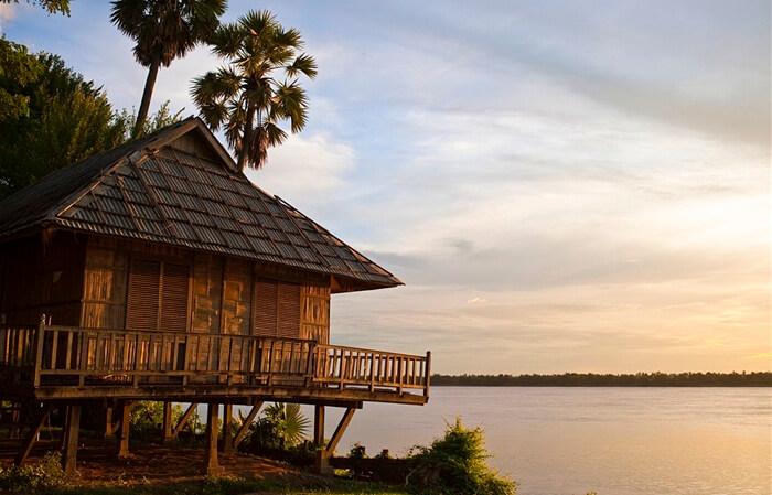 Kota tua tempat wisata di Kamboja ini diramaikan bangunan-bangunan Kuno yang dahulu dibangun oleh Bangsa Perancis saat menjajah Kamboja.
