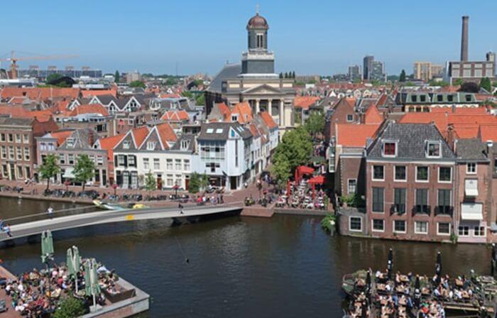 cara yang menarik untuk melihat-lihat keindahan Kota Leiden adalah dengan tur menggunakan perahu melintasi kanal-kanal yang ada di tengah kota.