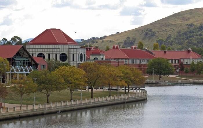 Disekitar danau uatan tempat wisata di Canberra ini terdapat taman yang ramah pada anak-anak.