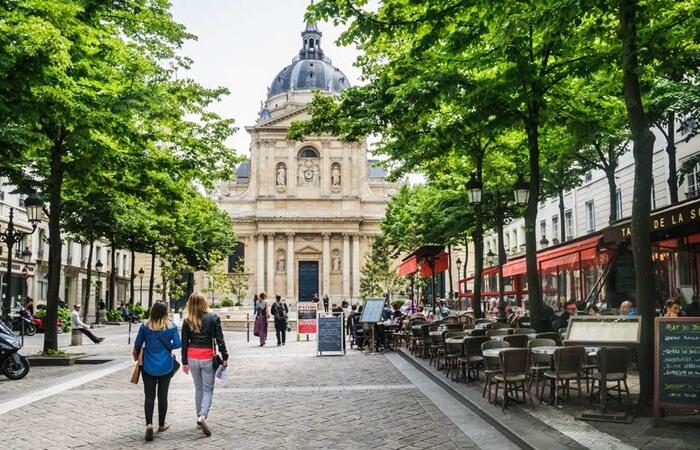 Di sekitar kawasan tempat wisata di Paris ini terdapat gereja Notre Dame yang legendaris