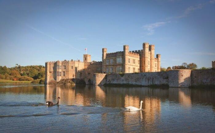 Istana tempat wisata di Inggris ini dihiasi engan 500 hektar taman yang indah dan taman formal, kegiatan sehari-hari, pertunjukan elang terbang