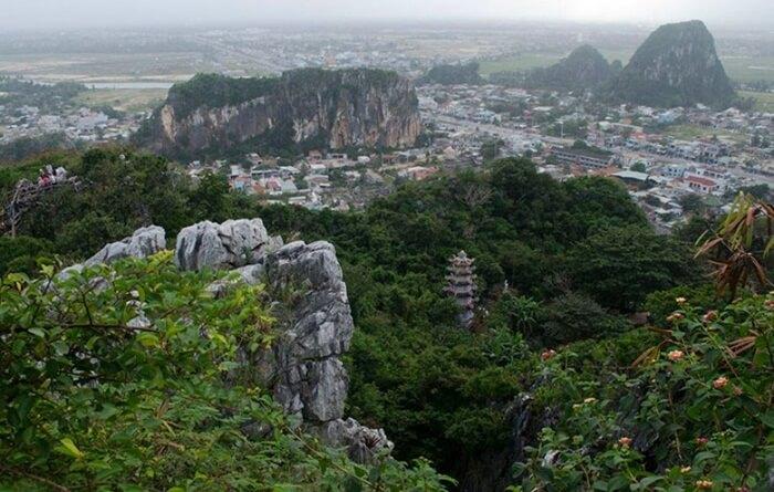 Marble Mountain merupakan tempat wisata di Vietnam yang berupa sekelompok lima bukit batu kapur dan marmer di Distrik Ngũ Hành Sơn, bagian selatan kota DaNang.