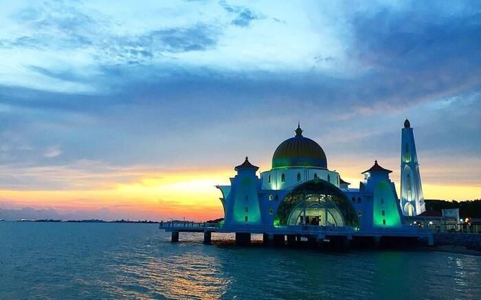 tempat wisata di melaka bermuatan religius yang berupa mesjid yang terlihat seakan terapung
