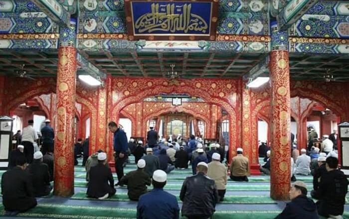 Di tempat wisata di Beijing ini banyak kaligrafi tulisan arab yang menghiasi dinding masjid ini. Kaligrafi tersebut ditulis dengan gaya khas Tiongkok, dengan model dan warna yang unik.