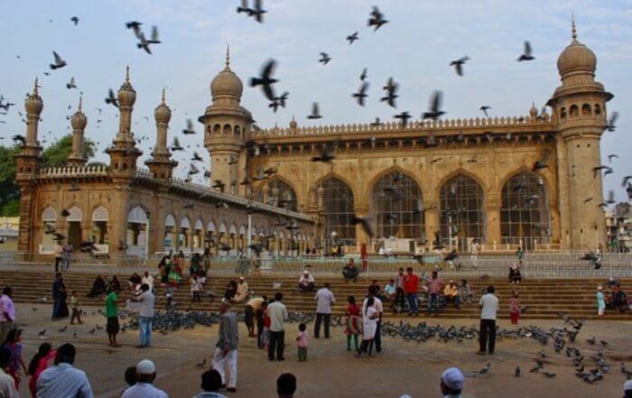 Atap utama masjid tempat wisata di India ini memiliki benteng yang terbuat dari granit di empat sisinya
