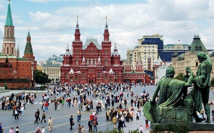 Dibalik tempat wisata di Rusia Red Square ini terdapat makan Lenin dengan tembok timur Kremlin, kubah-kubah yang menjadi ikon kota Moskow, dan berbagai bangunan indah lainnya.