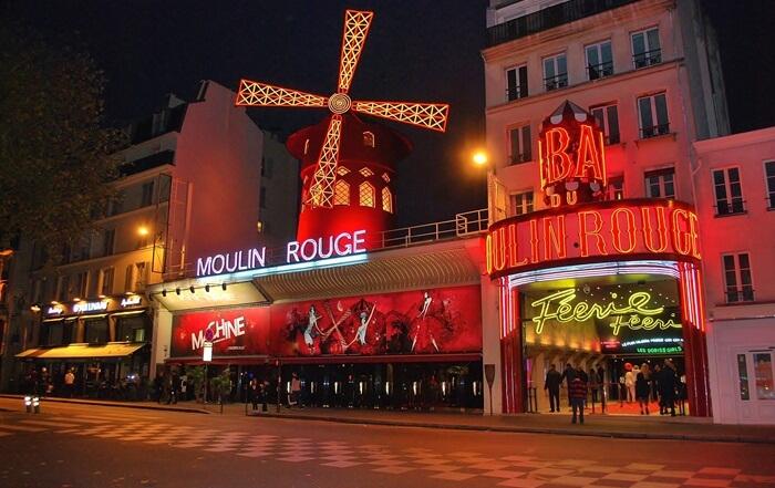 Di tempat wisata di Paris ini, pengunjung dapat menyaksikan set dan kostum paling spektakuler.