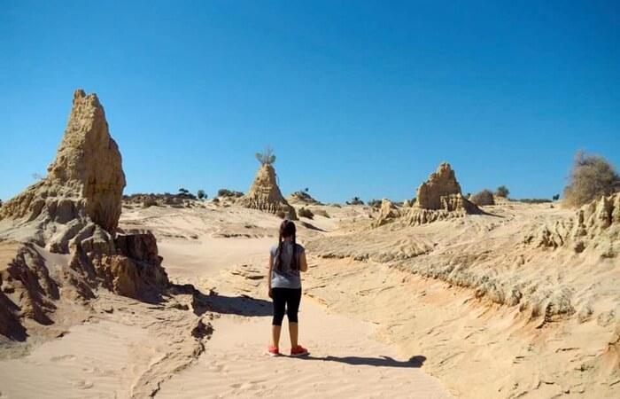 Pengunjung bisa menjelajah track khusus Cina Walls di tempat wisata di New South Wales ini.