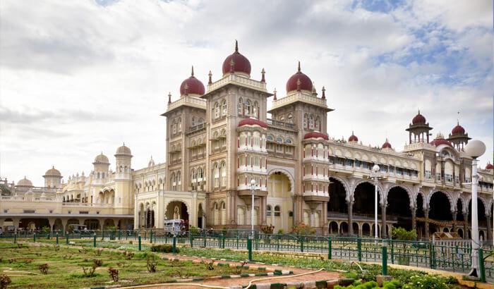 Pesona utama Kota Mysore adalah Mysore Palace dengan arsitektur yang membuatnya berjuluk 'kota seluruh istana