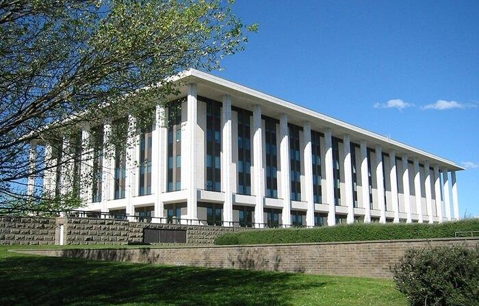 tempat wisata di Canberra Perpustakaan Nasional Australia juga menyimpan berbagai dokumen parlemen serta Undang-undang
