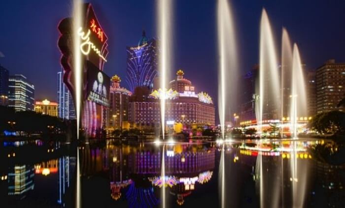 Tempat wisata di Macau berupa Nam Van Lake Cybernetic Fountain Macau ini merupakan sebuah air mancur terbesar se-Asia