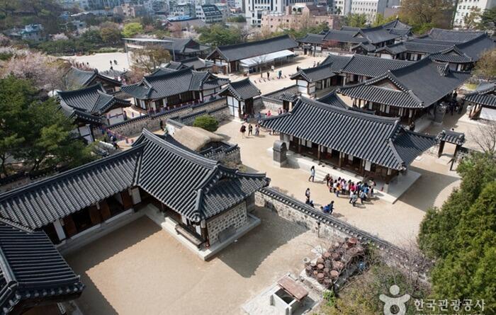 Di tempat wisata di Seoul ini, setiap minggu digelar sedikitnya tiga upacara pernikahan tradisional.