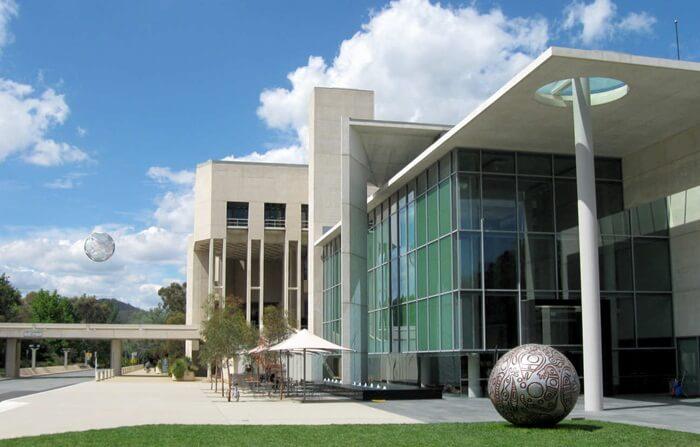 Geometri bangunan tempat wisata di Canberra ini didasarkan pada sebuah segitiga, yang paling jelas terlihat bagi pengunjung di kisi-kisi plafon dan ubin lantai utama.