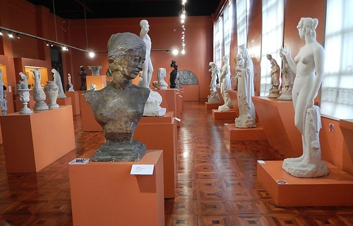 Koleksi-koleksi bersejarah yang dimiliki oleh tempat wisata di Manila Museum Nasional ini dibagi menjadi empat kategori. Seni, etnografi, arkeologi, dan sejarah.