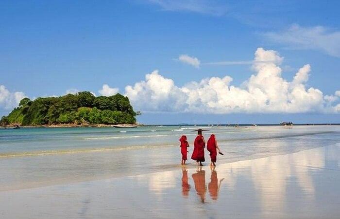 Pantai Ngwe Saung yang merupakan salah satu tempat wisata di Myanmar paling indah. Berlokasi di Ayeyarwaddy, tempat ini terdapat banyak penginapan dan resort.