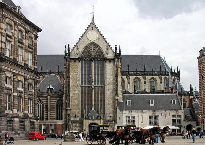 Gereja tempat wisata di Amsterdam ini berusia tidak kurang dari 600 tahun. Terlepas dari usianya dan segala sesuatu yang harus dilalui ber abad itu, gereja masih berdiri dengan bangga.